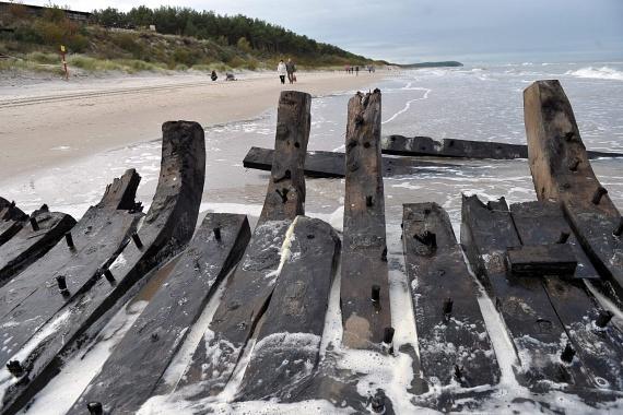 A sérülékeny roncsokat a lehető leghamarabb elszállítják a tengerpartról, és biztonságba helyezik.