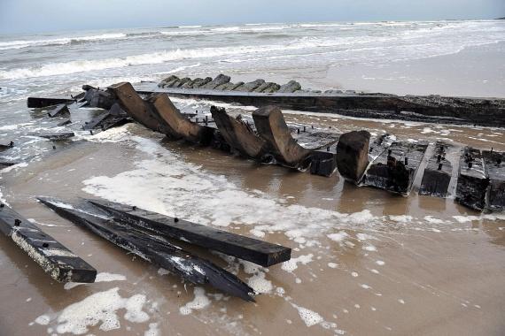 A víz és a hullámok miatt így sem maradt túl sok a több mint százéves hajóból, de a viharos idő további pusztítást végezne rajta.