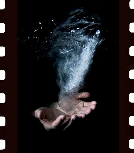Tökölyi Csaba: Víz  Bali, Indonézia. Szökőkút vize csobog, mélyen a felszín alá zuhan fáklyaként lobogva a nyitott tenyér felett. Tisztelgés a víz előtt, mely minden élet alapja, és amelynek létét olyan természetesnek vesszük. Pedig a világ egyes helyein már ez a legértékesebb.  II. díj, Kezünkben a Föld kategória