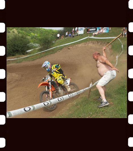 Jándi István: FelpörögveEgy szurkoló biztatja Szvoboda Bencét a Magyar Köztársaság Nemzetközi Motocross Bajnoksága csolnoki futamán. A kép Humor-zsáner-bulvár kategóriában első helyezést ért el.