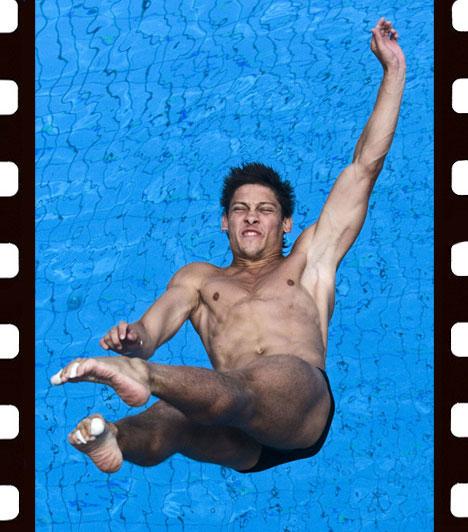 Szigetváry Zsolt: Férfi műugrók  A férfi 3 méteres műugrás selejtezőjének versenyzői a 2010-ben Budapesten rendezett XXX. Úszó-, Műugró-, Szinkronúszó- és Nyíltvízi Európa-bajnkoságon. A kép Sport - sorozat - kategóriában harmadik helyezett lett.