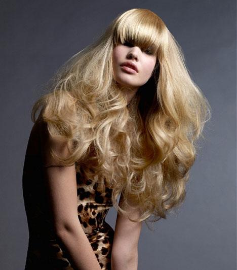 A hosszú haj nem a legmegfelelőbb választás, ha vékony szálú a hajad, de ha semmiképpen sem szeretnél megszabadulni hosszú tincseidtől, vágass tömött frizurát, és kunkoríts lágy hullámokat a hajadba: ez a nagyon természetes, kicsit hippis összhatás nem csak divatos, de élettelibbnek is mutatja az erőtlen hajszálakat.