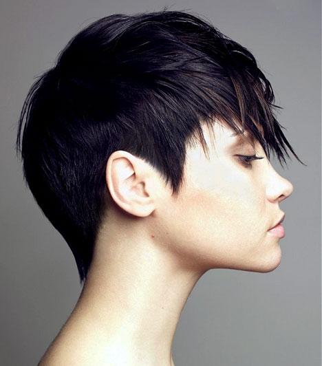 Ha nem akarsz sokat bajlódni a teljesen kezelhetetlen frizurával, viszont szereted a vagány, feltűnő stílust, akkor vágass magadnak egészen rövid, kicsit punkos beütésű frizurát. A középen hosszabbra hagyott, oldalt egészen vékony szálak kevés hajból is mutatnak, de nem árt tudnod, hogy ez a frizura az arcodra tereli a figyelmet, ezért csak szabályos arcforma és szép bőr esetén előnyös.