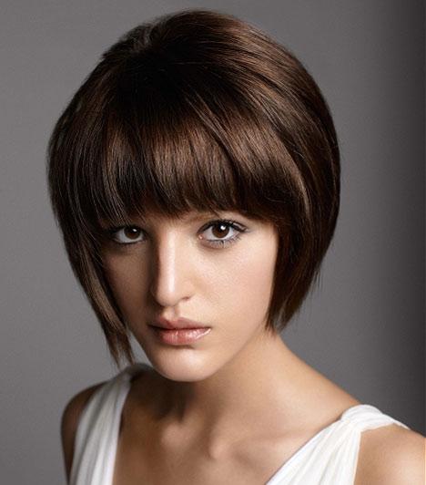 Ha nincs választék a hajadban, hanem a frufrudtól rögtön hátrafésülöd, nehezebben lapul le, és a vékony szálak is jobban tartják a formájukat. A kicsit megtépett, a végek felé elvékonyodó fazon dúsabbnak mutatja a hajadat és tartást is ad a szálaknak.