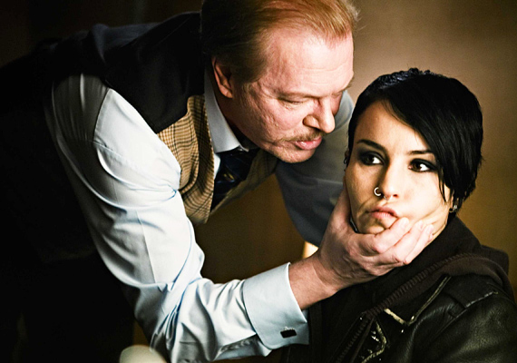 A tetovált lányban olyan hírességek kaptak szerepet, mint Stellan Skarsgard vagy éppen Daniel Craig. A filmet január 19-től vetítik.