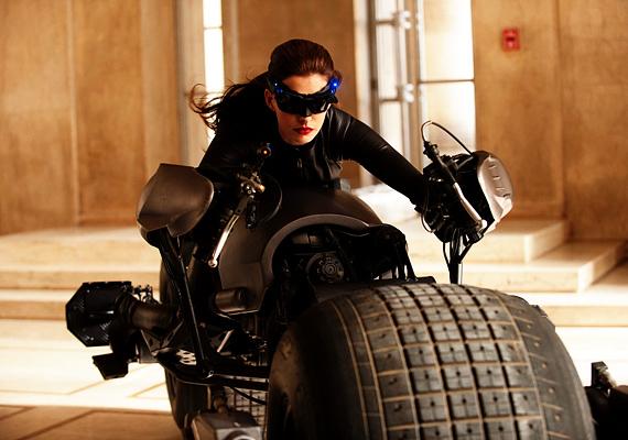 A sötét lovag - Felemelkedés címet viselő legújabb Batman filmben Anne Hathaway is feltűnik, a Macskanő szerepében. Július 19-től játsszák.