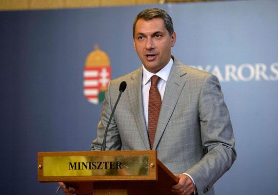 Április végén Lázár János egyetlen sajtótájékoztató alatt mondta el, hogy szeretnének vitát a halálbüntetésről, majd később azt, hogy Orbán Viktor mégsem tervez vitatkozni a halálbüntetésről. Komoly felháborodás kísérte, amikor Orbán azt mondta egy pécsi rendezvényen, hogy a halálbüntetés kérdését Magyarországon napirenden kell tartani. Azzal kapcsolatban mondta ezt a kormányfő, hogy nem sokkal azelőtt halálra késeltek egy kaposvári trafik fiatal eladóját. A kérdésben egyébként megszólalt a kisebbik kormánypárt is, és a KNDP alelnöke, Rétvári Bence elismerte, nem támogatják a halálbüntetés bevezetését.