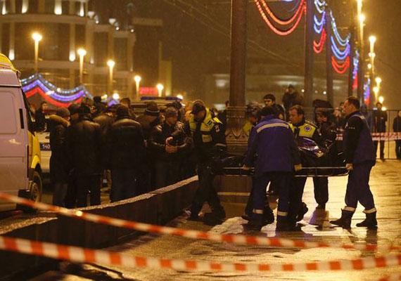 Február 27-én éjszaka Moszkva belvárosának kellős közepén lőtték agyon Borisz Nyemcovot, egykori miniszterelnök-helyettest, az orosz ellenzék legismertebb alakját. Nyemcov egy hídon sétált át barátnőjével, amikor a támadók mögé léptek, és több lövéssel kivégezték. Az esetet azonnal elítélte Vlagyimir Putyin is. Nyemcov a Szabadság Népe nevű párt vezetője volt, gyakran keményen bírálta Putyint, és februárban is pont egy százezres demonstrációt szervezett a kormány ellen.