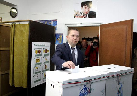 Megszűnt a Fidesz-KDNP kétharmados többsége, miután a több baloldali párt által támogatott Kész Zoltán nyerte meg a Navracsics Tibor helyére kiírt időközi országgyűlési választást. Orbán a meglepő eredményt követően Facebookon azt írta, hogy tiszteletben tartják a választók döntését, és kaptak egy jelzést, hogy nem ülhetnek a babérjaikon. A Fidesz a nem egészen egy évvel korábbi eredményéhez képest a szavazói felét elveszítette a körzetben.