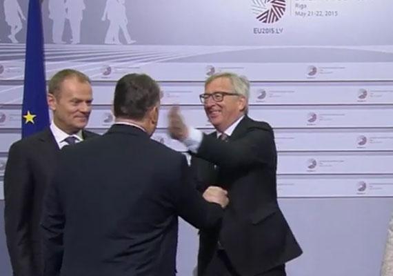 Óriási taslit osztott ki Jean-Claude Juncker Orbán Viktornak. Az Európai Bizottság elnöke először diktátornak nevezi a magyar kormányfőt, majd széles mosollyal egyszerűen pofon vágja. A brüsszeli EU-csúcson Juncker több állam- és kormányfőt fogadott meglehetősen furcsa gesztusokkal, a belga miniszterelnöknek például csókot nyomott a kopasz fejére, Alexisz Tsziprasz görög kormányfőnek pedig felajánlotta a nyakkendőjét, mivel Tszipraszon nem volt.