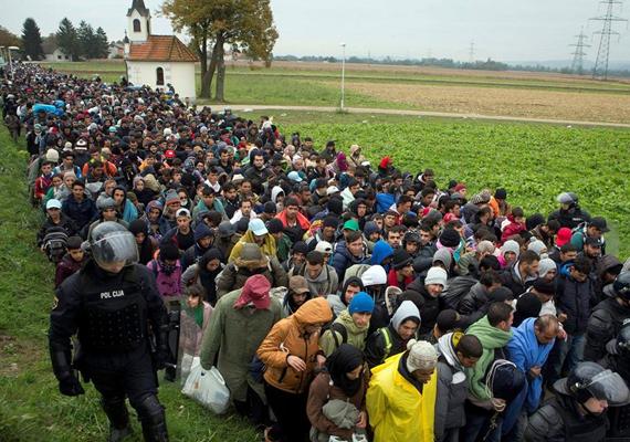 A hónap elején még úgy tűnt, hogy egyre kevesebb menekült érkezik hazánk felé, azonban újabb tömegek indultak meg Európa irányába. Mivel Magyarországra már nem engedték be őket, innentől Szlovénián keresztül haladtak.