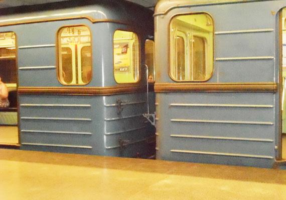 A kocsik több embert szállítanak naponta, mint a MÁV vonatjai, így több évtizedes szolgálat után kopottak, zajosak és kényelmetlenek. Ennek ellenére még bírják az iramot, már ahol gyorsan mehetnek.