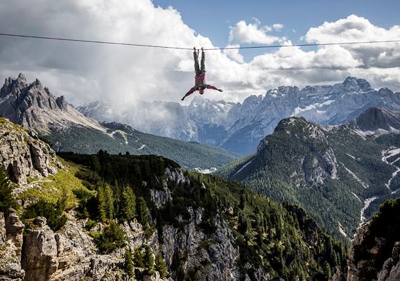 Az MTI-fotós, Mohai Balázs által készített Highline című sorozat a Sport kategóriában ért el első helyezést. A képsorozat extrém sportolókat ábrázol, ahogy az olaszországi Monte Pianán, sziklák között kifeszített hevedereken, több száz méter mélységek felett egyensúlyoznak.