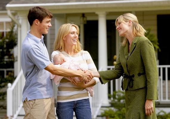 Ugyanez igaz az ingatlanszakmára: a döntés kockázata miatt a vásárlók jobban megbíznak egy 35 feletti ingatlanértékesítőben, mint egy fiatalabb, tapasztalatlanabb ügynökben.
