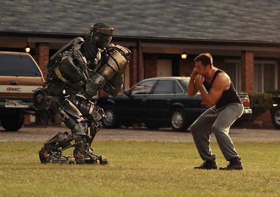A Vasököl című filmben Hugh Jackman egy kifacsart bokszolót alakít, akinek karrierjét úgy tűnik a ringben megjelenő 2,5 méter magas acélrobotok törik derékba.
