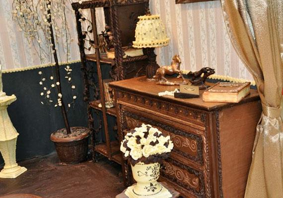 A szoba 40%-a étcsokoládéból, 40%-a tejcsokoládéból, a maradék pedig fehér csokoládéból készült.