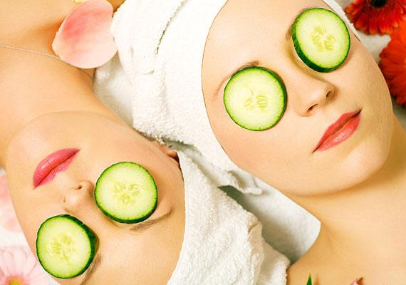 Az uborkakarika az egyik legősibb trükk, hogy a tekinteted frissebb, a bőröd pedig hidratáltabb és simább legyen.