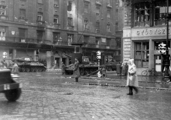 A napi teendők intézése közben is harckocsik tömkelege keresztezte az emberek útját.