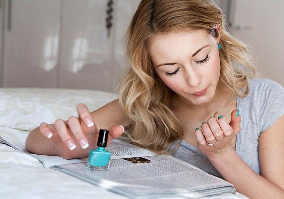 A körömlakkoddal nem csak a lepattant festéket egyenlítheted ki S.O.S.-ben az újralakkozás előtt, de a harisnyán is megakadályozhatod, hogy tovább fusson a kiszakadt szem.