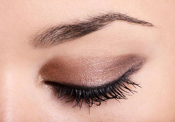 Használj bronzos, de nem erős színű szemfestéket az egész szemhéjadon: nem túl hivalkodó, és idén nagyon divatosnak számít.