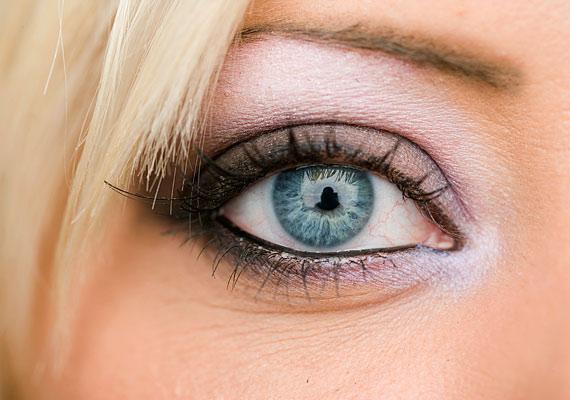 Az ezüstös-fehéres szemfesték nem feltűnő, de élénkíti a tekintetedet és a szemedre vonzza a figyelmet.