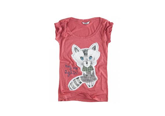 Katyhez hasonlóan bátran hordj cuki mintás darabokat! Ő kifejezetten kedveli Minnie egeret, de ez a cicás póló is biztosan tetszene neki. A Pull and Bearben vásárolhatod meg 2995 forintért.