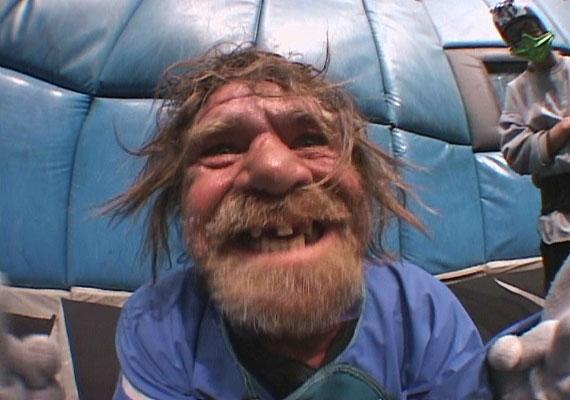 A Bumfights című négyrészes sorozatban hajléktalan férfiak szerepelnek, amint verekedésekbe keverednek - főleg pénzért és alkoholért. A 2006-os film forgalmazását még Ebay-en is betiltották.