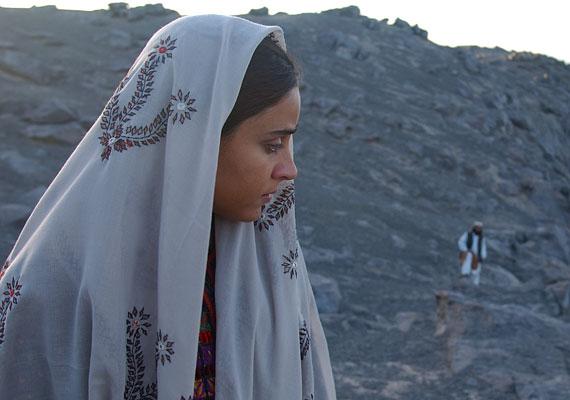 A 2003-mas Két gondolat közötti csend - Silence Between Two Thoughts - című mozi egy perzsa fiú és egy zsidó lány szerelméről szól. A filmet Iránban betiltották.