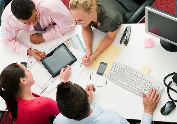 Légy barátságos és segítőkész a kollégáiddal! Aki jó hangulatot teremt az irodában, és segíti a többiek munkáját, megkönnyítve ezzel a főnöke feladatát, az nélkülözhetetlen munkaerőnek számít.