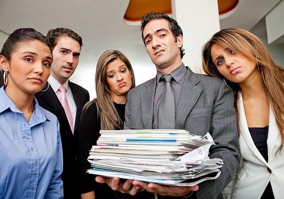 Az adminisztráció senkinek nem tartozik a kedvenc elfoglaltságai közé, de ha elvállalod, azzal biztosíthatod a helyedet: az elbocsátásoddal ugyanis egy újabb jelentkezőt kellene keresni a nemszeretem feladatra. Csak ügyelj rá, hogy a főnököd is tisztában legyen vele, hogy te végzed a piszkos munkát!