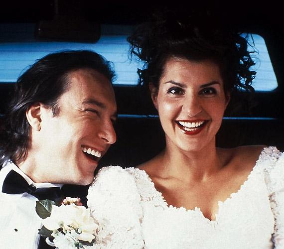 A 2001-es Bazi nagy görög lagzitól megnyugodhattak a női szívek: akkor is van esély a szerelemre, ha harmincévesen még nem sikerült kirepülni.