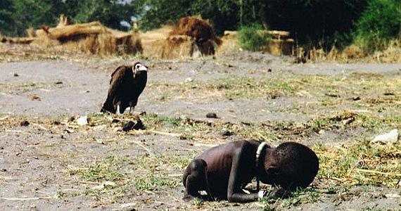 A szudáni éhező kisgyerek és a rá leselkedő keselyű pillanatát Kevin Carter örökítette meg, aki Pulitzer-díjat nyert alkotásával.