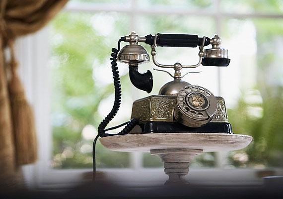 Ki találta fel a telefont? A szabadalom valóban Bell nevéhez fűződik, de egy firenzei feltaláló, Meucci már öt évvel korábban bejegyeztette a telefont. Ám az angolul egyébként is rosszul beszélő olasz súlyosan megsérült egy gyári balesetben, így elfelejtette meghosszabbíttatni a lejárt bejegyzést.
