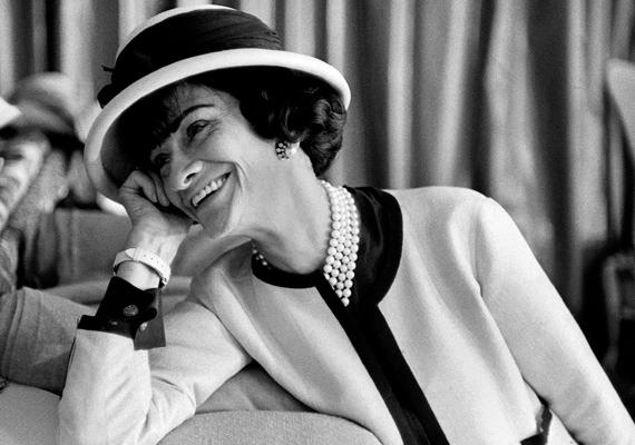 Talán még ma is nehéz, abroncsos szoknyákban járnánk, ha Coco Chanel nem lett volna úttörő a divat világában. Fiús megjelenésével és a nadrág viselésével a maga idejében nagy feltűnést keltett, de megérte.