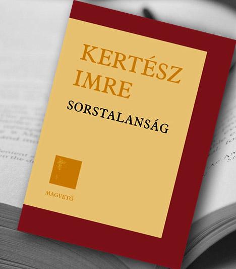 Kertész Imre: Sorstalanság  Kertész Imre első regénye volt a Sorstalanság, melyet 13 évig írt, és 1975-ös megjelenésére is több évet kellett várni. A történet főhőse egy kamasz fiú, akit a koncentrációs tábor szörnyű tapasztalatai érleltek felnőtté. A Sorstalanság előbb aratott sikert külföldön, itthon csak a 2002-es irodalmi Nobel-díj átvétele után futott be. Többek között német, angol, francia és cigány nyelven is megjelent. A Sorstalanság ma középiskolai érettségi tétel hazánkban.  Kapcsolódó galéria: Könyvek, amiket börtönben írtak »