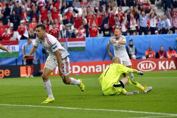 Szalai Ádám a szurkolók felé fut, miután belőtte az első gólt az osztrákoknak.