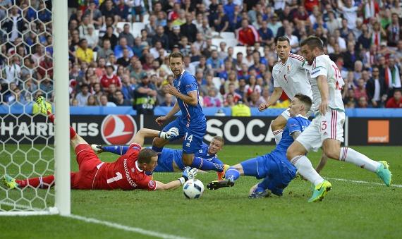 Az izlandiak öngólja. A meccs eredménye 1-1 lett, ami felért a győzelemmel, hiszen már nagyon kicsi esélye volt annak, hogy kiesünk a csoportkörben.