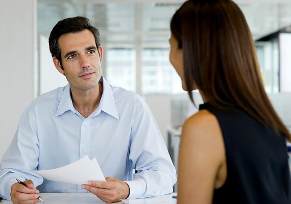 Előfordulhat, hogy az interjúztatód a korábbi munkahelyedről kérdez, esetleg valami rosszindulatú megjegyzést is tesz rá - semmiképpen se menj bele, ezzel csak azt próbálja tesztelni, mennyire vagy megbízható. A korábbi munkahelyedet ócsárolni durva otrombaság!
