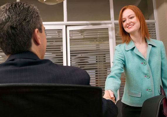 Semmi esetre se tegezd le az interjúztatót egyből, még akkor se, ha közel egyidős veled! Ha ő letegez, illetve felajánlja a tegeződést, akkor természetesen te is folytathatod így a beszélgetést.