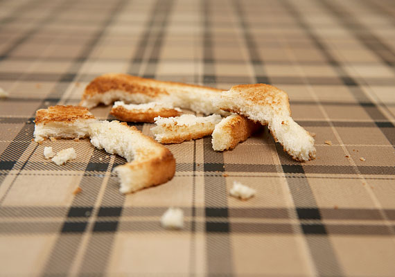 Ha morzsa, krumpli vagy folt került az asztalra, ne kezdj el takarítani - erre valók a pincérek. Ha zavaró a folt, akkor kérd meg őket, hogy takarítsák el, máskülönben ne foglalatoskodj az abrosz állapotával.