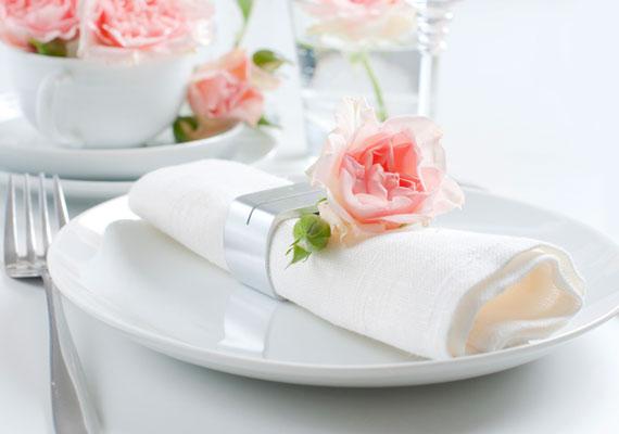 Evés végén a szalvétát mindig gyűrd össze - máskülönben azt jelzed, hogy az étel annyira nem volt jó, hogy még a szalvétára sem volt szükséged -, és hagyd a tányér bal oldalán. Soha ne tedd a tányérba, még a papírszalvétát se!