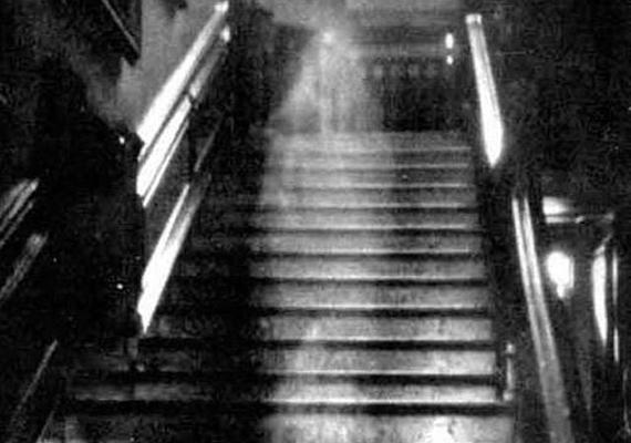 Amikor Lady Dorothy Townshend titkos viszonyára fény derült, férje megrendezett számára egy temetést, ám valójában büntetésből a ház egyik szobájába zárta. Halála óta kísért itt a szóbeszéd szerint.