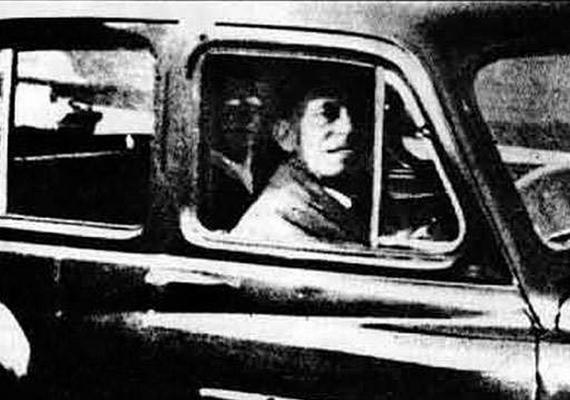 Mable Chinnery 1955-ben készítette a férjéről ezt a képet - jól kivehető rajta a férfi mögött ülő potyautas. Mrs. Chinnery szerint az elhunyt édesanyja látható a fotón.
