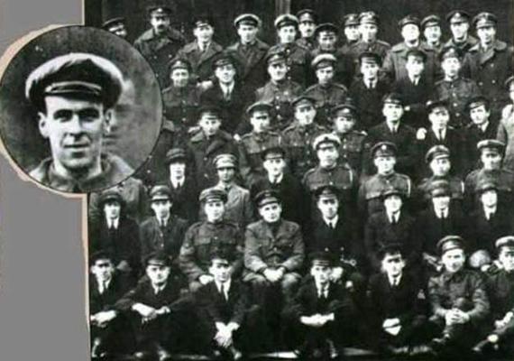 Freddy Jackson az I. világháború alatt vesztette életét egy repülőgép légcsavarja miatt. Ám amikor néhány nappal később a katona egységét fotózták, nagy meglepetésre ő is felbukkant a képen.