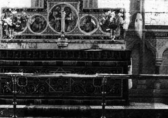 Észak-Yorkshire-ben, a Newby-templomban készítette K. F. Lord tisztelendő ezt a felvételt. A képen felbukkanó szerzeteséről semmit nem lehet tudni.