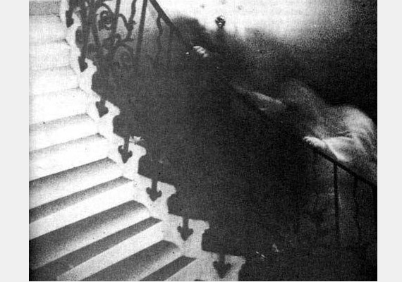1966-ban Ralph Hardy készítette a fotót, amelyen egy furcsa alak igyekszik felfelé a lépcsőn, a korlátba kapaszkodva.