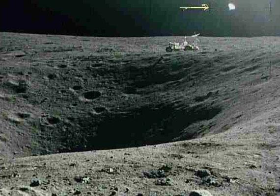 A Holdon készített felvétel jobb felső sarkában apró, fénylő pont lebeg - űrlények figyelték az asztronautákat? Vagy csak a lencse a hibás?