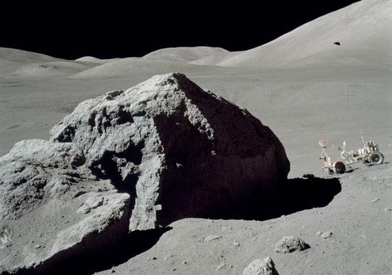 Szintén az Apollo-program keretében készült a fotó - és itt is van egy különös folt a jobb felső sarokban.