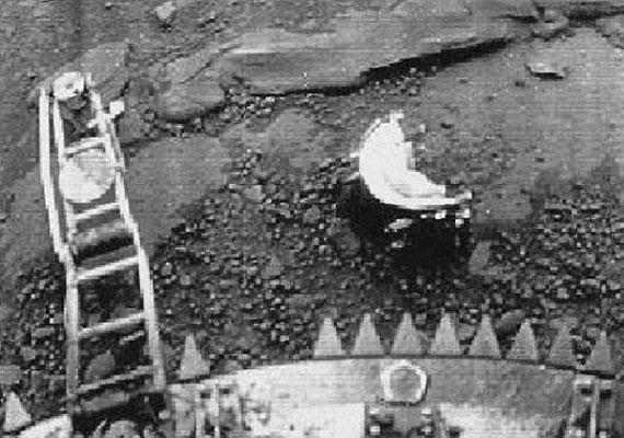 A félkör alakú tárgy Jonathon Hill űrkutató szerint egy űrlény - ezt bizonyítja az is, hogy a képek szerint mozgásban van. A NASA szerint csak egy folt, ami a Vénuszra érkezéskor a Venera-13 lencséjére rakódott.