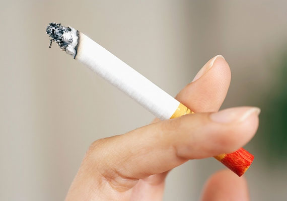 Amikor valakinek tüzet adsz, nagyfokú illetlenségnek számít, ha közben nem veszed ki a szádból a saját cigarettádat.